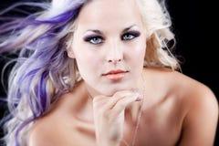 Pelo de la púrpura de los ojos azules Imagen de archivo libre de regalías