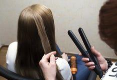 Pelo de los clientes del trenzado del peluquero imágenes de archivo libres de regalías