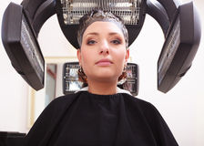 Pelo de muerte de la mujer en salón de belleza de la peluquería. Peinado. Fotografía de archivo