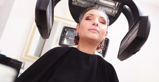 Pelo de muerte de la mujer en salón de belleza de la peluquería. Peinado. Imagen de archivo libre de regalías