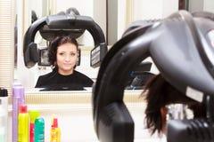 Pelo de muerte de la mujer en salón de belleza de la peluquería. Peinado. Fotos de archivo libres de regalías