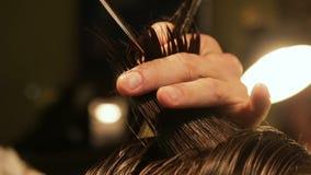 Pelo de reducción del peluquero profesional, primer del peine y tijeras, cortados metrajes