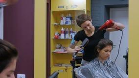 Pelo de sequía del cliente del peluquero profesional almacen de video
