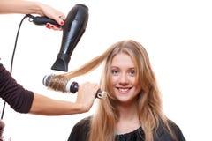 Pelo del brushing del peluquero Fotos de archivo libres de regalías