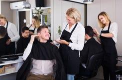 Pelo del corte del peluquero de adolescente Imagen de archivo libre de regalías