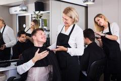 Pelo del corte del peluquero de adolescente Imagen de archivo