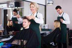 Pelo del corte del peluquero de adolescente Imágenes de archivo libres de regalías