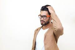 Pelo determinado del hombre hermoso asiático y gafas de sol que llevan en la parte posterior del blanco imagen de archivo libre de regalías