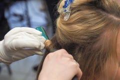 Pelo en el hierro que se encrespa Crear un peinado imagen de archivo libre de regalías
