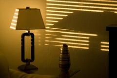 Sun que brilha através das cortinas de janela Fotos de Stock Royalty Free