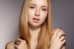 Pelo largo de la moda Muchacha rubia hermosa Estilo de pelo brillante recto sano Modelo de la mujer de la belleza Peinado liso Fotos de archivo libres de regalías