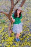 Pelo largo de la mujer hermosa con las flores amarillas en t Fotografía de archivo