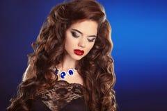Pelo largo Maquillaje de la belleza Muchacha morena hermosa con ondulado largo Fotografía de archivo libre de regalías