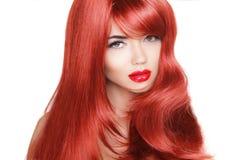 Pelo. Modelo de moda de la belleza Woman con el pelo rojo largo y sano. Imagenes de archivo