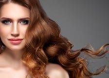 Pelo negro largo de la mujer de la belleza Muchacha hermosa del modelo del balneario con la piel limpia fresca perfecta Mujer mor foto de archivo