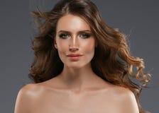 Pelo negro largo de la mujer de la belleza Muchacha hermosa del modelo del balneario con la piel limpia fresca perfecta Mujer mor fotos de archivo