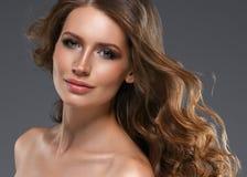 Pelo negro largo de la mujer de la belleza Muchacha hermosa del modelo del balneario con la piel limpia fresca perfecta Mujer mor fotos de archivo libres de regalías