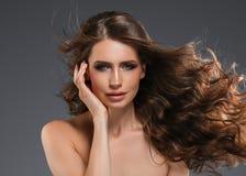 Pelo negro largo de la mujer de la belleza Muchacha hermosa del modelo del balneario con la piel limpia fresca perfecta Mujer mor imagen de archivo