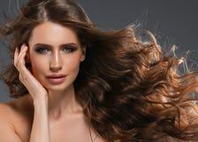 Pelo negro largo de la mujer de la belleza Muchacha hermosa del modelo del balneario con la piel limpia fresca perfecta Mujer mor foto de archivo libre de regalías