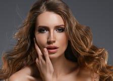 Pelo negro largo de la mujer de la belleza Muchacha hermosa del modelo del balneario con la piel limpia fresca perfecta Mujer mor imágenes de archivo libres de regalías