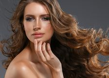 Pelo negro largo de la mujer de la belleza Muchacha hermosa del modelo del balneario con la piel limpia fresca perfecta Mujer mor imagen de archivo libre de regalías