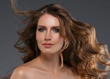 Pelo negro largo de la mujer de la belleza Muchacha hermosa del modelo del balneario con la piel limpia fresca perfecta Mujer mor fotografía de archivo