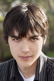 Pelo oscuro del muchacho caucásico adolescente al aire libre del retrato Fotografía de archivo libre de regalías