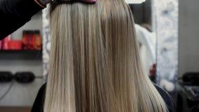 Pelo para la extensión del pelo El pelo para la extensión del pelo se aplica a la cabeza 4K metrajes