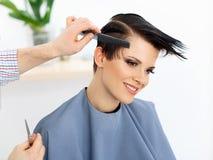 Pelo. Peluquero que hace el peinado. Belleza Woman modelo. Corte de pelo Imagen de archivo libre de regalías