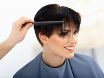 Pelo. Peluquero que hace el peinado. Belleza Woman modelo. Corte de pelo. Imágenes de archivo libres de regalías