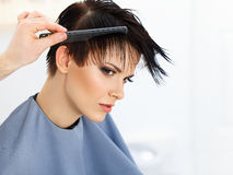 Pelo. Peluquero que hace el peinado. Belleza Woman modelo. Corte de pelo. Fotos de archivo