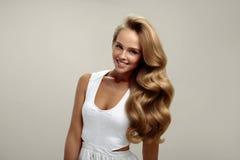 Pelo perfecto Pelo rizado de With Long Blonde del modelo hermoso de la mujer Fotografía de archivo libre de regalías