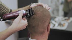 Pelo profesional del corte del peluquero con las podadoras de pelo Peluquería del hombre almacen de metraje de vídeo