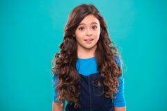 Pelo que se encrespa perfecto Hábitos sanos de enseñanza del cuidado del cabello Pelo brillante sano largo de la muchacha del niñ foto de archivo libre de regalías