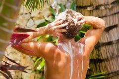 Pelo que se lava del hombre al aire libre Fotos de archivo libres de regalías