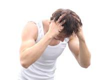 Pelo que se lava del hombre joven con el masaje de la cabeza Fotos de archivo libres de regalías