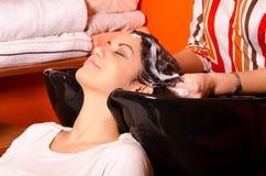 Pelo que se lava del peluquero de la muchacha hermosa imagen de archivo