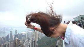 Pelo que sopla del viento de la cámara lenta en Hong Kong Peak almacen de metraje de vídeo
