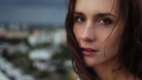 Pelo que sopla del viento de la mujer joven hermosa almacen de video
