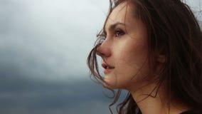 Pelo que sopla del viento de la mujer joven hermosa almacen de metraje de vídeo