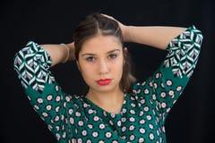 Pelo recto largo de la muchacha rubia joven con el vestido verde del lunar fotografía de archivo libre de regalías