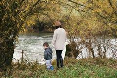 Pelo rio no outono Fotos de Stock Royalty Free
