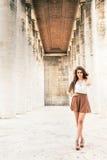 Pelo rizado de moda de la mujer hermosa del modelo con la falda Fotos de archivo libres de regalías