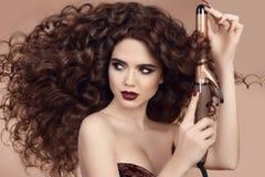 Pelo rizado hairstyling Retrato moreno hermoso de la mujer con imagen de archivo libre de regalías