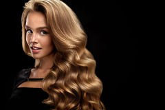 Pelo rizado hermoso Modelo femenino With Volume Hair de la belleza imagen de archivo