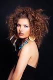 Pelo rizado, maquillaje y accesorios del ingenio atractivo de la mujer Foto de archivo