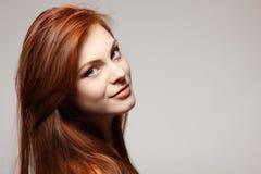 Pelo rojo hermoso de la muchacha del adolescente alegre Fotos de archivo libres de regalías