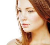 Pelo rojo joven sonriente feliz atractivo de la señora de la imagen del balneario aislado en cierre del blanco para arriba, conce Imagenes de archivo