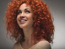 Pelo rojo. Mujer hermosa con el pelo largo rizado. Ima de alta calidad Fotografía de archivo