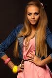 Pelo rubio Mujer hermosa con el pelo largo recto Foto de archivo